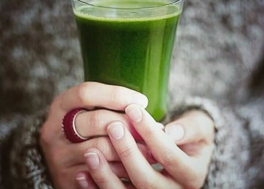 Чашка з зеленим напоєм