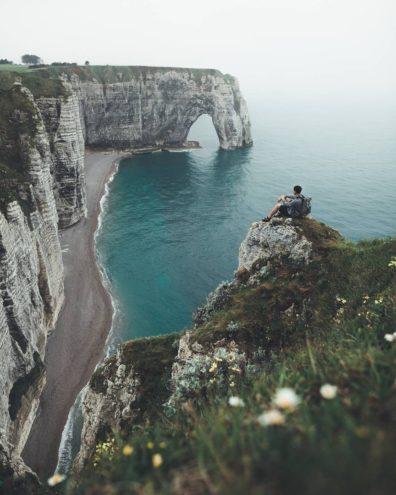 Чоловік на скелі біля моря